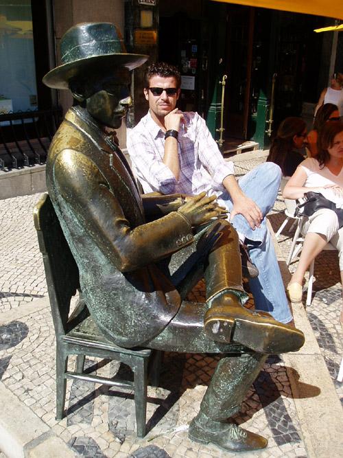 Manu Guerrero conversando con Fernando Pessoa